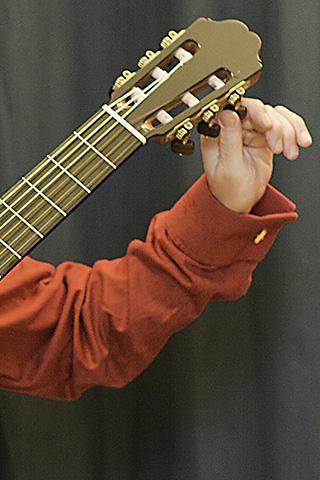 Gitarrenlehrer Michael Herzig bereitet sich auf seinen Gitarrenunterricht vor