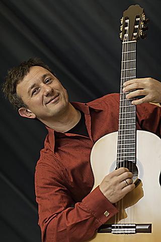 Gitarrenlehrer Michael Herzig tritt auch im Gitarrenduo Herzig & Pellegrino auf